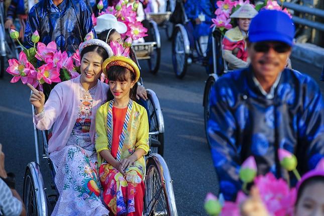 Con gái Hồng Quế dạn dĩ bên Hoa hậu Ngọc Hân trên sàn catwalk ảnh 4
