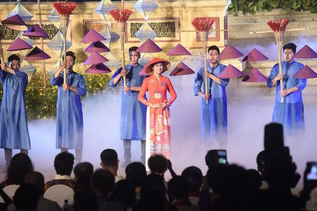 Con gái Hồng Quế dạn dĩ bên Hoa hậu Ngọc Hân trên sàn catwalk ảnh 5