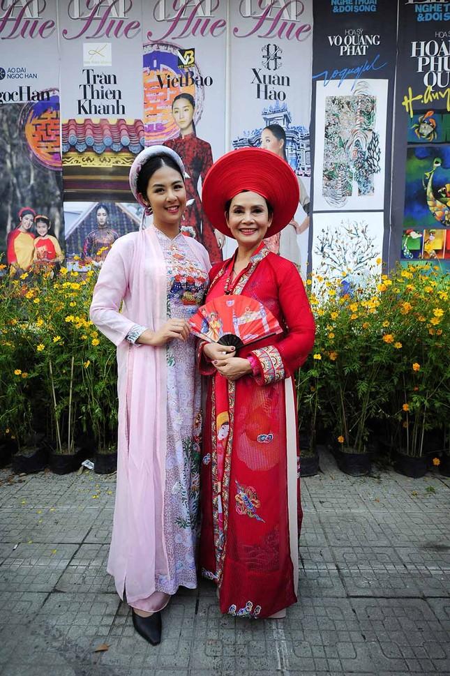 Con gái Hồng Quế dạn dĩ bên Hoa hậu Ngọc Hân trên sàn catwalk ảnh 11
