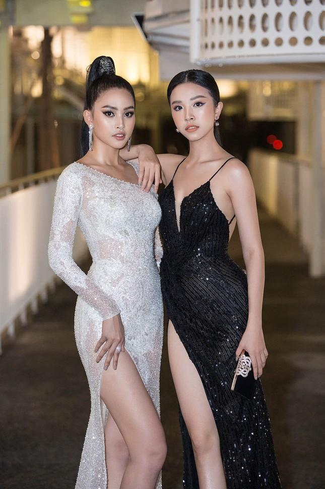 Hoa hậu Tiểu Vy, Á hậu Thuý An diện váy xẻ táo bạo khoe nhan sắc 'nữ thần' ảnh 5