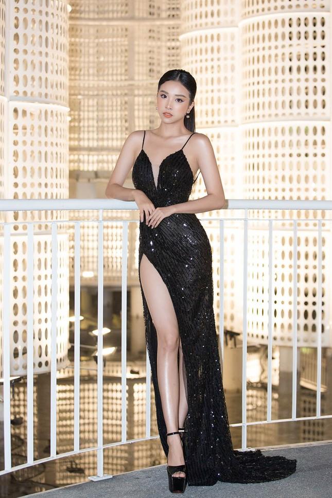 Hoa hậu Tiểu Vy, Á hậu Thuý An diện váy xẻ táo bạo khoe nhan sắc 'nữ thần' ảnh 3
