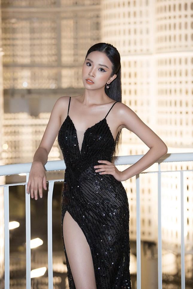 Hoa hậu Tiểu Vy, Á hậu Thuý An diện váy xẻ táo bạo khoe nhan sắc 'nữ thần' ảnh 4