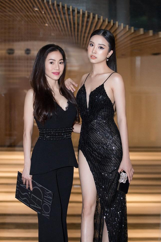 Hoa hậu Tiểu Vy, Á hậu Thuý An diện váy xẻ táo bạo khoe nhan sắc 'nữ thần' ảnh 7