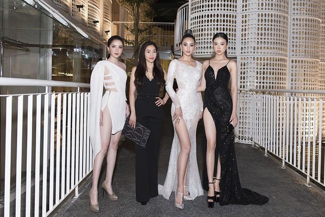 Hoa hậu Tiểu Vy, Á hậu Thuý An diện váy xẻ táo bạo khoe nhan sắc 'nữ thần' ảnh 8
