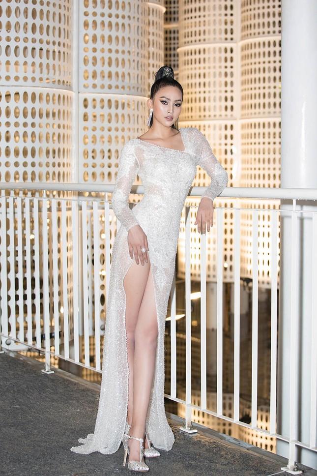 Hoa hậu Tiểu Vy, Á hậu Thuý An diện váy xẻ táo bạo khoe nhan sắc 'nữ thần' ảnh 1