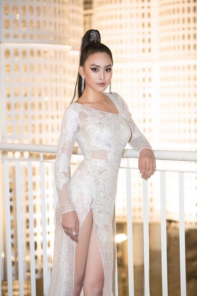 Hoa hậu Tiểu Vy, Á hậu Thuý An diện váy xẻ táo bạo khoe nhan sắc 'nữ thần' ảnh 2