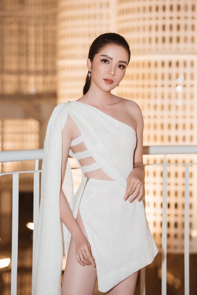 Hoa hậu Tiểu Vy, Á hậu Thuý An diện váy xẻ táo bạo khoe nhan sắc 'nữ thần' ảnh 9