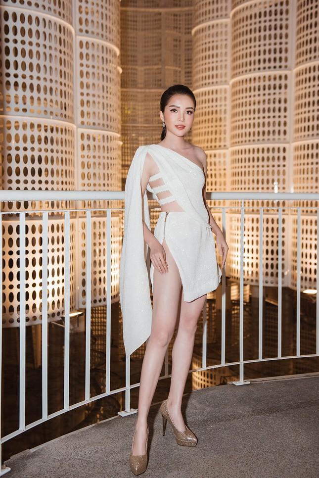 Hoa hậu Tiểu Vy, Á hậu Thuý An diện váy xẻ táo bạo khoe nhan sắc 'nữ thần' ảnh 10