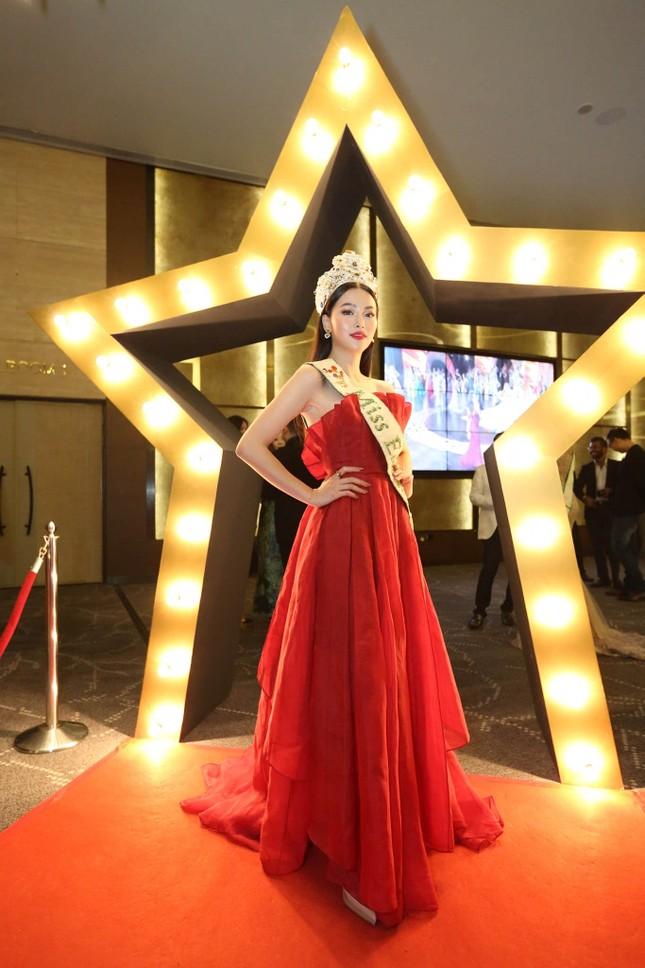Hoa hậu Phương Khánh nóng bỏng với sắc đỏ dự chung kết Miss Earth Singapore 2019 ảnh 1