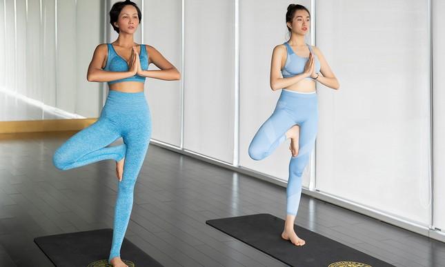 H'Hen Niê khoe vòng một nóng bỏng khi tập yoga cùng Á hậu Lệ Hằng ảnh 1