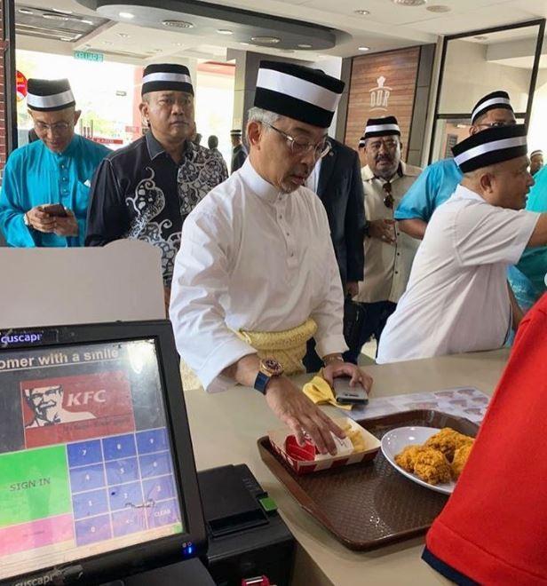 Vua Malaysia dừng xe, hỗ trợ người bị tai nạn giao thông gây 'sốt' ảnh 1