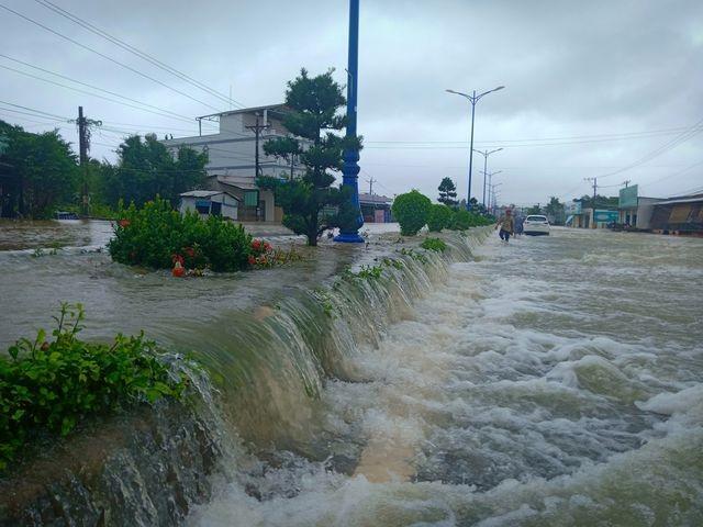 Phú Quốc lũ dâng cao ngang đầu người, huy động 1.000 quân cứu dân ảnh 12