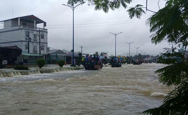 Phú Quốc lũ dâng cao ngang đầu người, huy động 1.000 quân cứu dân ảnh 1