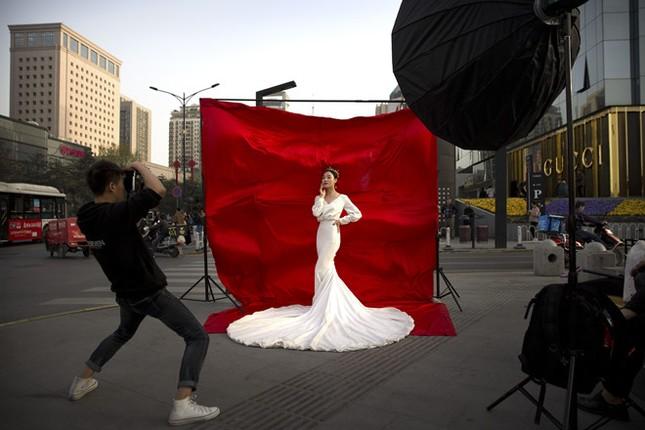 Giới trẻ Trung Quốc không ngại chi mạnh cho đám cưới độc lạ ảnh 3