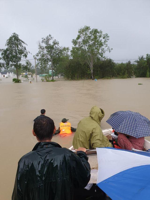 Phú Quốc lũ dâng cao ngang đầu người, huy động 1.000 quân cứu dân ảnh 5