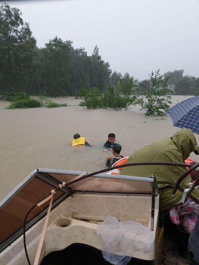 Phú Quốc lũ dâng cao ngang đầu người, huy động 1.000 quân cứu dân ảnh 6