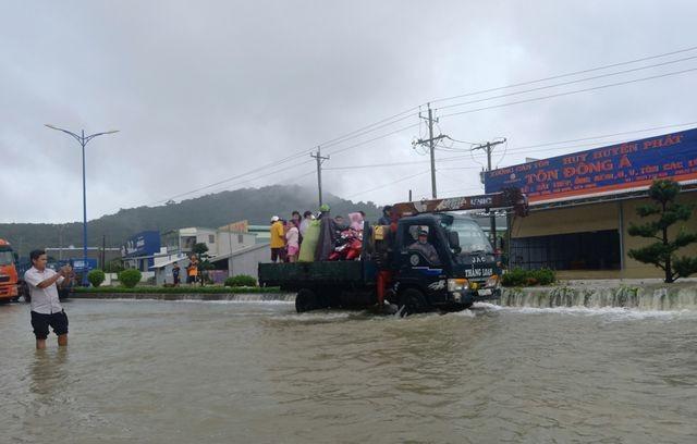 Phú Quốc lũ dâng cao ngang đầu người, huy động 1.000 quân cứu dân ảnh 8