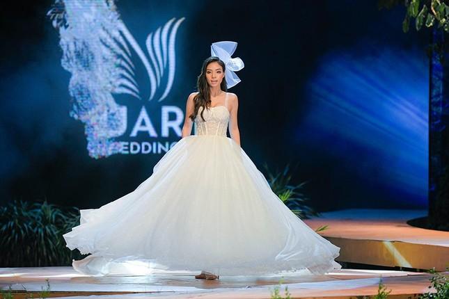 Hoa hậu Lương Thuỳ Linh mặc váy cưới khoe vòng 1 gợi cảm trên sàn catwalk ảnh 4