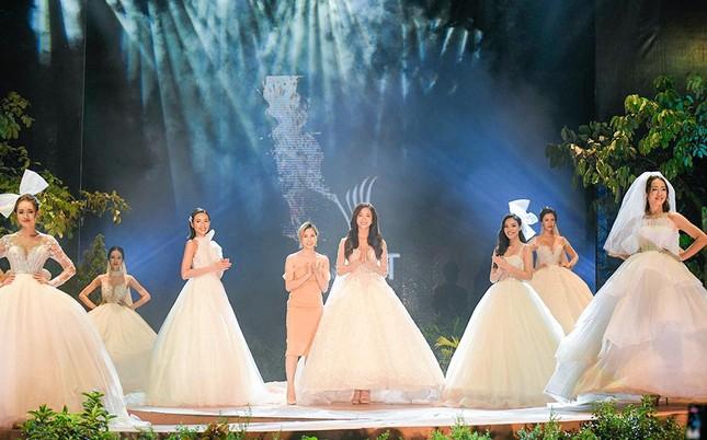 Hoa hậu Lương Thuỳ Linh mặc váy cưới khoe vòng 1 gợi cảm trên sàn catwalk ảnh 3
