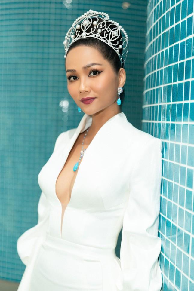 H'Hen Niê nổi bật trên cộng đồng mạng Thái Lan với bộ váy dạ hội xẻ ngực táo bạo ảnh 11