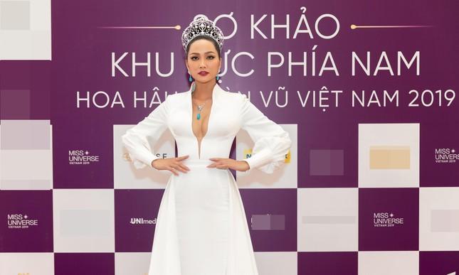 H'Hen Niê nổi bật trên cộng đồng mạng Thái Lan với bộ váy dạ hội xẻ ngực táo bạo ảnh 2