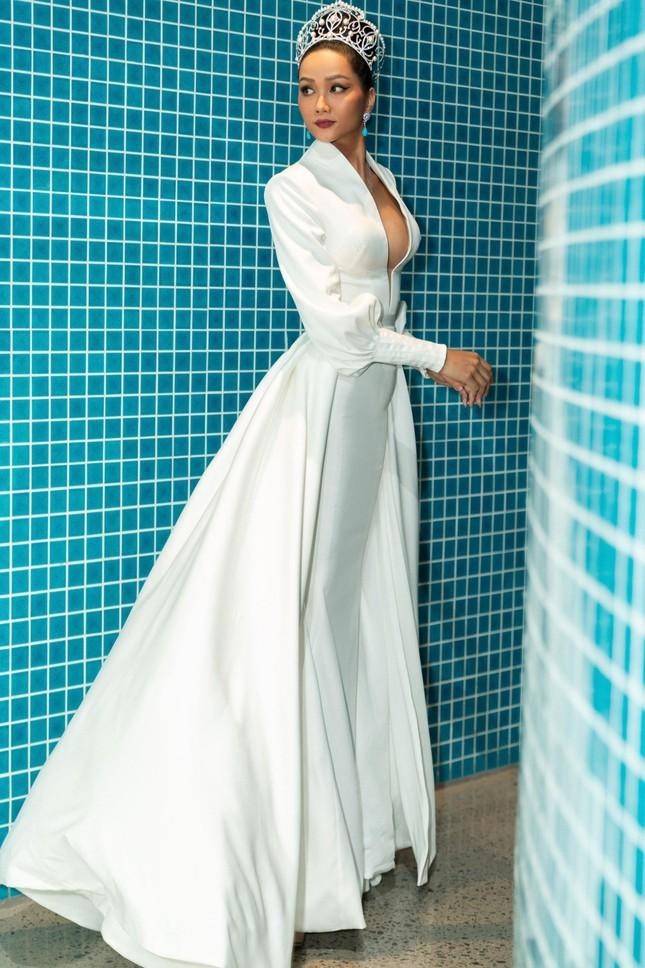 H'Hen Niê nổi bật trên cộng đồng mạng Thái Lan với bộ váy dạ hội xẻ ngực táo bạo ảnh 7