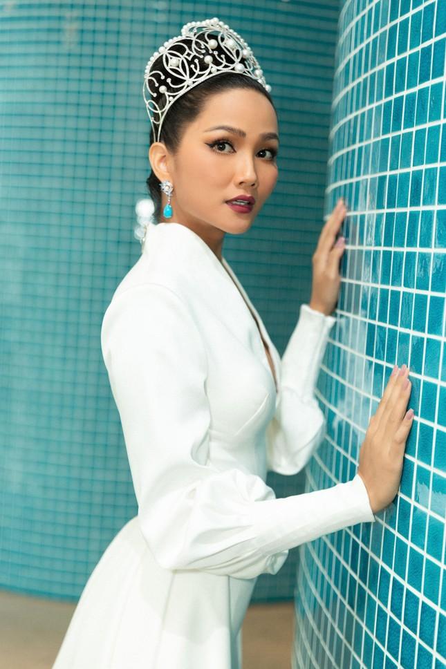 H'Hen Niê nổi bật trên cộng đồng mạng Thái Lan với bộ váy dạ hội xẻ ngực táo bạo ảnh 8