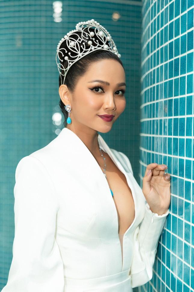 H'Hen Niê nổi bật trên cộng đồng mạng Thái Lan với bộ váy dạ hội xẻ ngực táo bạo ảnh 9