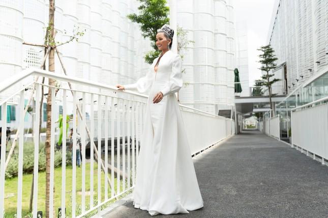 H'Hen Niê nổi bật trên cộng đồng mạng Thái Lan với bộ váy dạ hội xẻ ngực táo bạo ảnh 4
