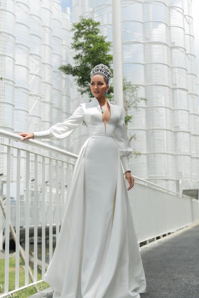 H'Hen Niê nổi bật trên cộng đồng mạng Thái Lan với bộ váy dạ hội xẻ ngực táo bạo ảnh 5