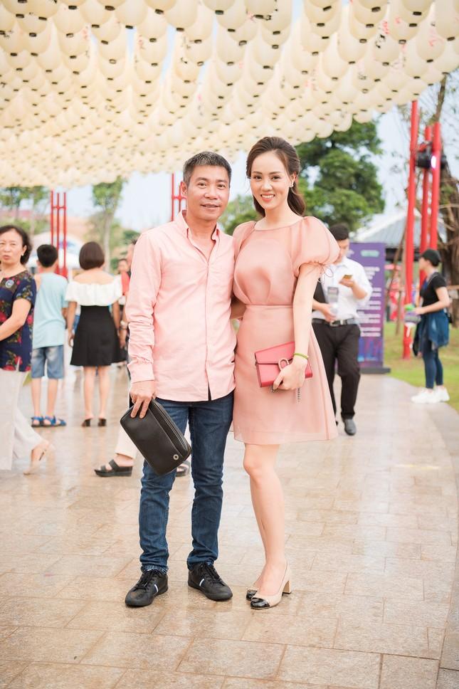Á hậu Thuỵ Vân khuyên NSND Công Lý nhuộm tóc để xứng đôi với bạn gái ảnh 1