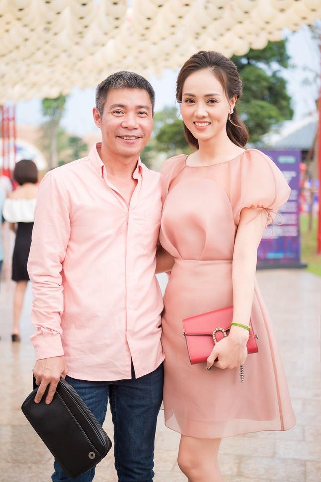 Á hậu Thuỵ Vân khuyên NSND Công Lý nhuộm tóc để xứng đôi với bạn gái ảnh 2