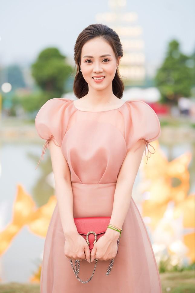 Á hậu Thuỵ Vân khuyên NSND Công Lý nhuộm tóc để xứng đôi với bạn gái ảnh 5