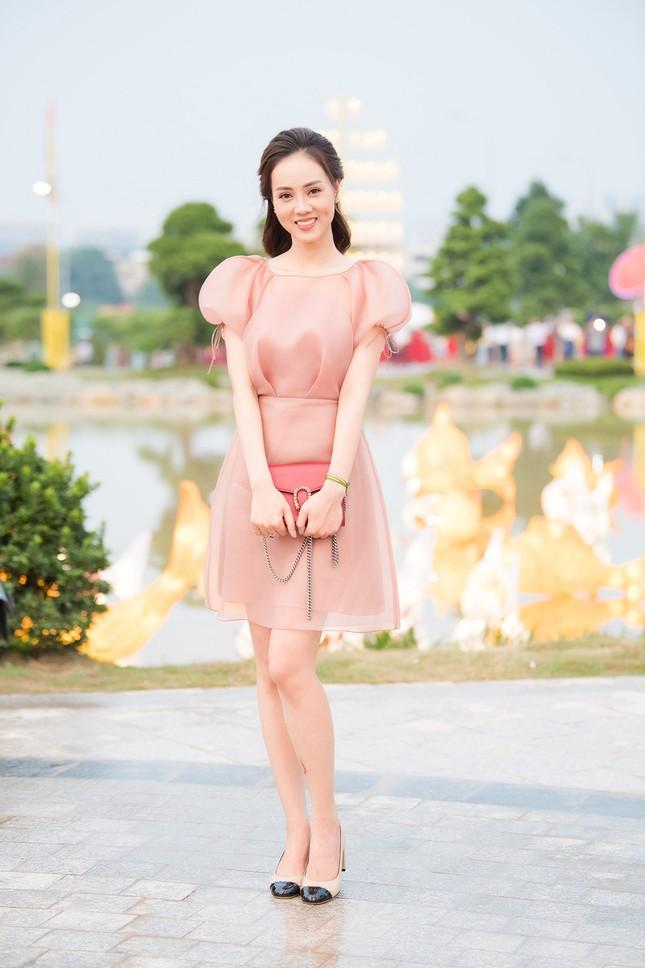 Á hậu Thuỵ Vân khuyên NSND Công Lý nhuộm tóc để xứng đôi với bạn gái ảnh 6
