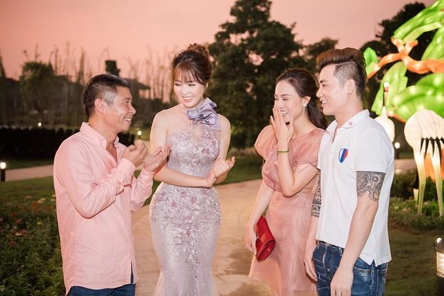 Á hậu Thuỵ Vân khuyên NSND Công Lý nhuộm tóc để xứng đôi với bạn gái ảnh 11