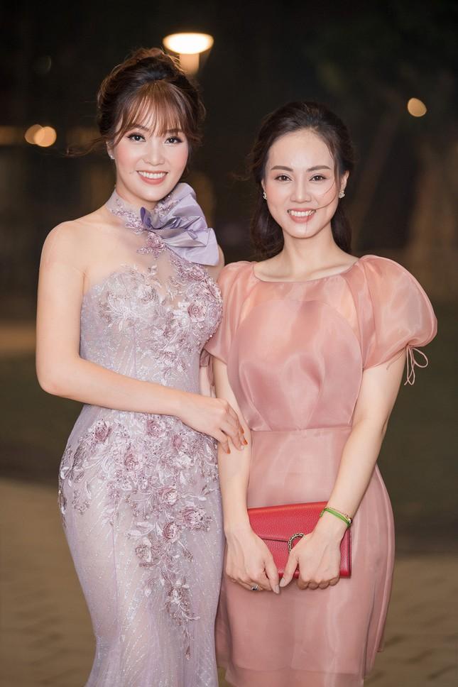 Á hậu Thuỵ Vân khuyên NSND Công Lý nhuộm tóc để xứng đôi với bạn gái ảnh 9