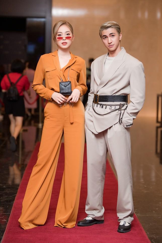 Á hậu Phương Nga-Bình An diện đồ như fashionista, tình tứ đi xem thời trang ảnh 2
