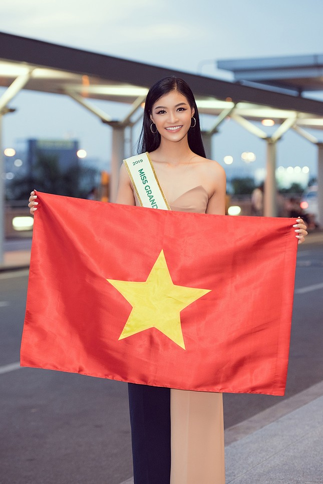 Á hậu Kiều Loan gây náo loạn sân bay khi sang Venezuela dự thi Miss Grand 2019 ảnh 12