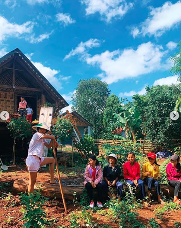 H'Hen Niê bình yên đi làm vườn, gặt lúa ở quê nhà sau hàng loạt tin đồn ảnh 4