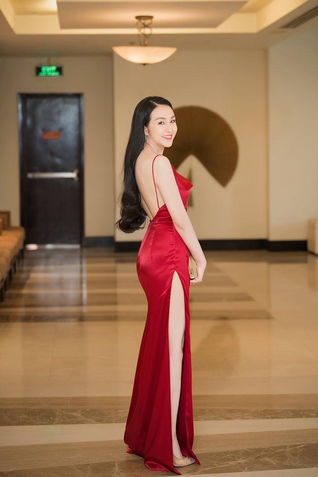 Vừa sinh con thứ 3 được 2 tháng, vợ Tuấn Hưng tự tin diện váy xẻ táo bạo ảnh 3