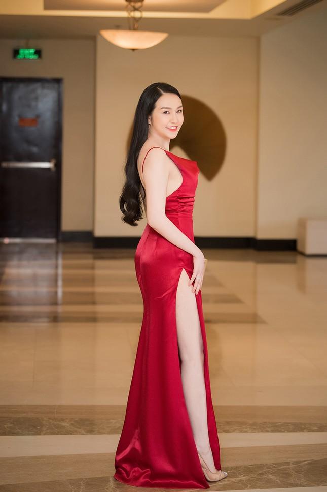 Vừa sinh con thứ 3 được 2 tháng, vợ Tuấn Hưng tự tin diện váy xẻ táo bạo ảnh 4