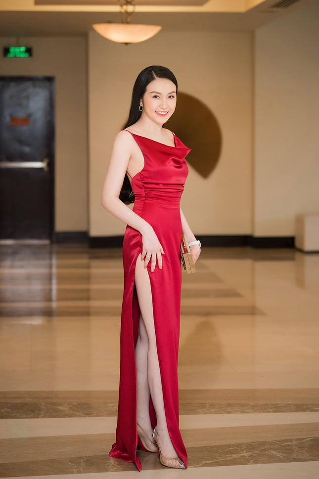 Vừa sinh con thứ 3 được 2 tháng, vợ Tuấn Hưng tự tin diện váy xẻ táo bạo ảnh 5