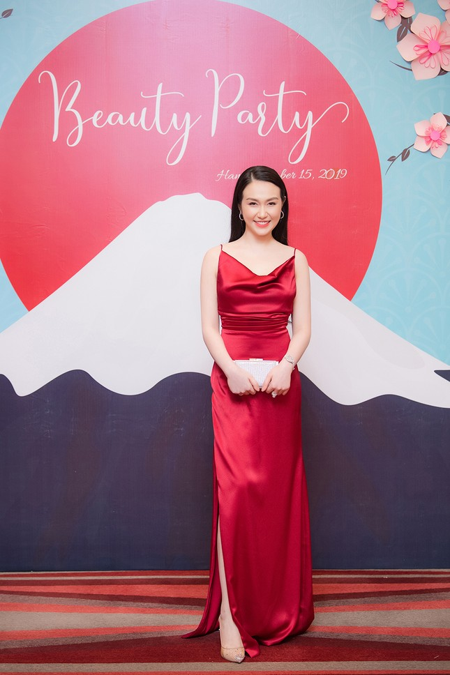 Vừa sinh con thứ 3 được 2 tháng, vợ Tuấn Hưng tự tin diện váy xẻ táo bạo ảnh 1