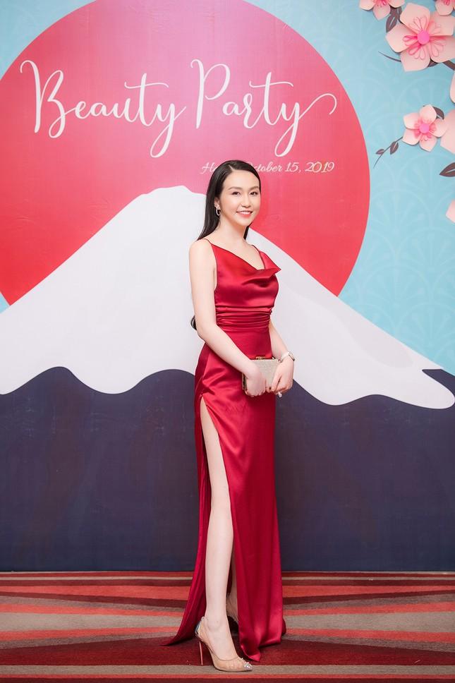 Vừa sinh con thứ 3 được 2 tháng, vợ Tuấn Hưng tự tin diện váy xẻ táo bạo ảnh 2