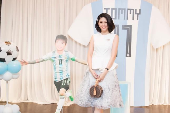 Á hậu Kiều Loan hé lộ trang phục dân tộc hoành tráng khiến fans 'phát sốt' ảnh 15