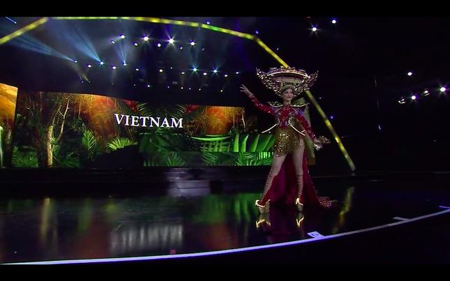 Gặp sự cố hy hữu, Kiều Loan vẫn làm fans Việt nức lòng khi trình diễn quốc phục ảnh 4