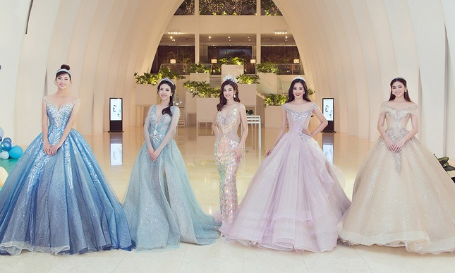 Mỹ Linh, Tiểu Vy đội vương miện lộng lẫy hoá công chúa như trong cổ tích ảnh 2