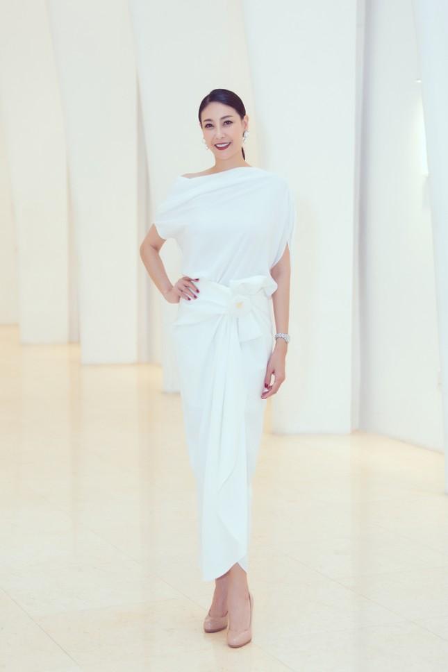 Mỹ Linh, Tiểu Vy đội vương miện lộng lẫy hoá công chúa như trong cổ tích ảnh 9
