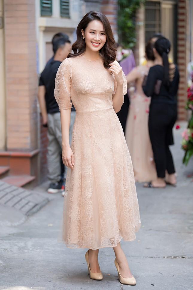 Hồng Diễm 'Hoa hồng trên ngực trái' mặc đầm ren xinh đẹp, hội ngộ Công Lý ảnh 1