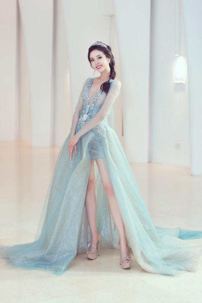 Mỹ Linh, Tiểu Vy đội vương miện lộng lẫy hoá công chúa như trong cổ tích ảnh 8
